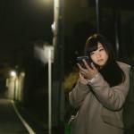 夜の道路にいる女性