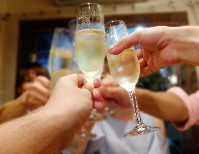 乾杯している若者たち